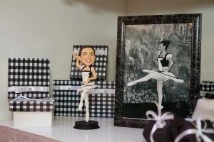 A boneca que deu errado ao lado de sua foto de origem.