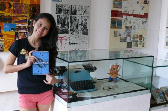 Eu na Fundação Casa de Jorge Amado, ao lado de sua máquina de escrever, durante minhas férias na Bahia.
