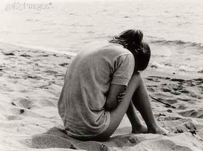mulher-chorando-na-praia